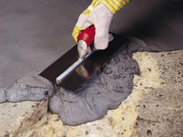 ملات اپوکسی دو سر فیلر نوع پیشرفته ملات تعمیراتی و تقویتی چند منظوره بر پایه رزین و هاردنر اپوکسی اصلاح شده با فیلر دانه بندی مناسب میباشد که به جهت حالت خمیری و تیکسوتروپ بودن، جهت مصرف در کلیه سطوح افقی و عمودی مورد استفاده قرار میگیرد. با توجه ماهیت این متریال در حالت خمیری و سخت شده و مقاومت خوبی که در برابر عوامل اسیدی و بازی دارد، میتوان از آن در پروژههای مقاوم سازی و ترمیم، درزبندی، زیرسازی و حتی روکش نهایی سطوح بتنی در تماس با محیط خورنده نیز استفاده نمود.