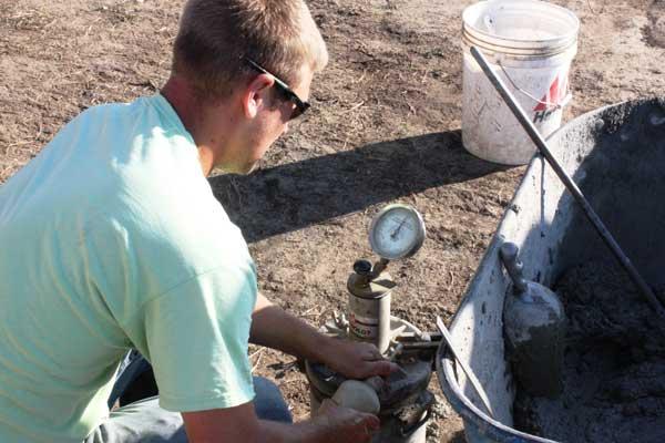 سیویل هوازا - حباب زا محصولی است که برای کاهش نفوذپذیری و افزایش طول عمر بتن در برابر سیکلهای تکراری انجماد و ذوب به بتن افزوده میشود. این ماده با ایجاد حبابهای میکروسکوپی یکنواخت و کروی شکل (منظم) هوا که به طور منظم در داخل بتن قرار میگیرند، باعث خنثی شدن فشارهای ناشی از یخ زدن ذرات نفوذی آب میگردد و پایایی بتن را به میزان قابل ملاحظهای بالا میبرد. همچنین سیویل هوازا - حباب زا از طریق کاهش پیوستگی لولههای مویین در ساختار بتن و ایجاد گسستگی در آنها باعث افزایش نفوذناپذیری و دوام بتن میگردد. محصول هوازای بتن با ایجاد آب انداختگی مفید و آوردن مقدار کنترل شدهای از شیره سیمان بر روی بتن باعث کاهش میزان نفوذ آب و املاح شیمیائی به داخل بتن میگردد.