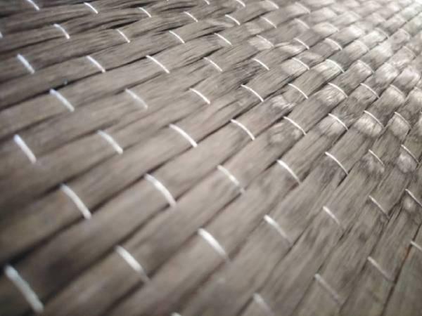 پارچه مش کربن تک جهته، یک پارچه از جنس کربن دارای مقاومت بالا با فیبرهای واقع در یک راستا میباشد. وزن این محصولات در هر مترمربع 150، 200 یا 300 گرم میباشد. پارچه مش کربن (CFRP) معمولاً به وسیله رزینهای اپوکسی و سایر رزینهای سازهای به عناصر متصل شده و میتوانند ظرفیت باربری و مقاومت برشی یا خمشی عناصر مختلف در سازه و ساختمان را افزایش دهند.