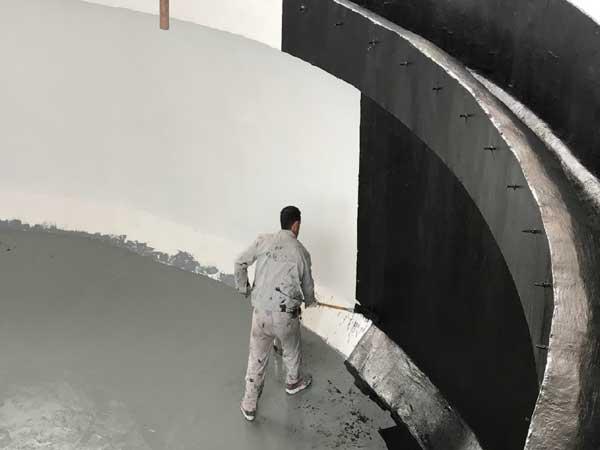 روکش کولتار اپوکسی، محصول پیشرفته ای از ترکیب رزین اپوکسی و کولتار(پلیمرهای نفتی) همراه با هاردنر اپوکسی پلی آمین میباشد.طراحی روکش کولتار اپوکسی با هاردنر پلی آمین به صورتی میباشد که برای پوشش دهی سطوح و مخازنی که در معرض آب ، محیط های مرطوب و همچنین در تماس یا مجاورت مواد شیمیایی اسیدی و قلیایی مانند گازوئیل ، روغن و فاضلاب صنعتی قرار دارند ،مورد استفاده قرار میگیرد.این محصول با توجه به فاقد حلال و تیکسوتروپ بودن ، قابل اجرا بر روی سطوح با ضخامت 0.5 الی 2 میلیمتر میباشد.همچنین به دلیل مقاومت بالای چسبندگی ، کششی ، فشاری و سایشی ، در صنایع مختلف از جمله صنایع نظامی، پتروشیمی، شیمیایی، کارخانجات ، نیروگاه ها، کشتارگاه ها و ... مورد ا ستفاده قرار میگیرد و کاملا آنتی داست میباشد. داست می باشد.